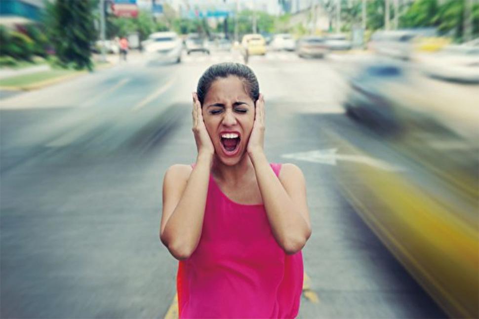 新研究顯示,配戴耳機聽音樂的「耳機族」已經讓配戴助聽器的平均年齡從以前的六十多歲提前到四十多歲。(ShutterStock)