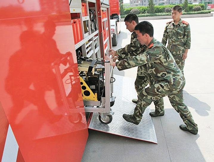 2012年,江蘇南京消防大隊特勤支隊在訓練。(大紀元資料室)