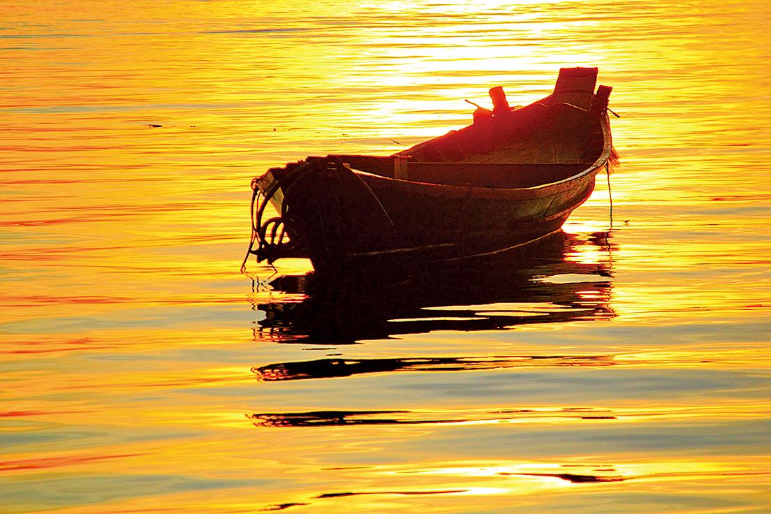 遠浦漁舟釣月明;明月釣舟漁浦遠(pixabay)
