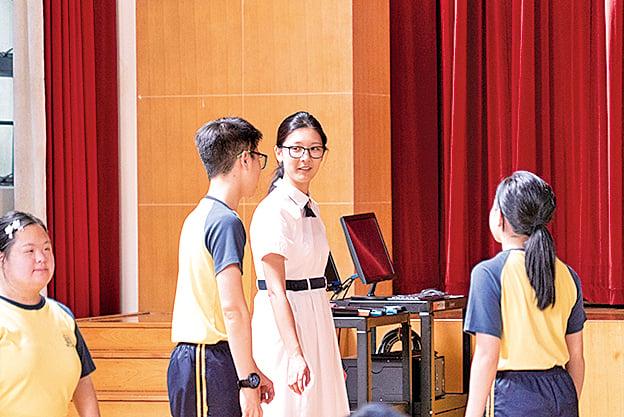就讀Band 1學校的思穎每日努力學習,走父母安排好的精英之路。
