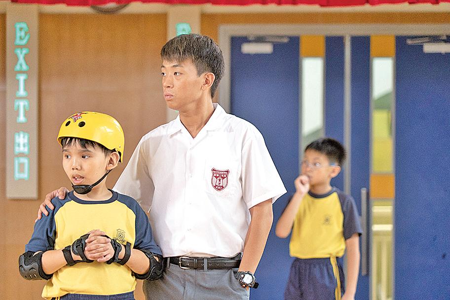 參加了特殊學校的音樂劇後,Band 3學校的叛逆少年珈豪(前右),由一名無所事事的學生,變成承擔家庭和社會責任的少年。