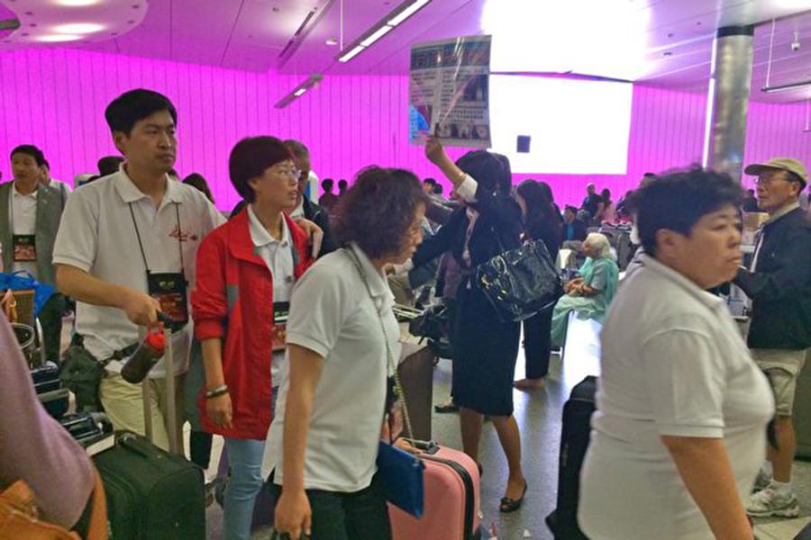 日前,有讀者向大紀元透露,她的一名親戚從中國到橙縣看女兒,入境時被海關人員帶進了「小黑屋」。圖爲在洛杉磯國際機場入境的華人旅客。(大紀元資料圖)