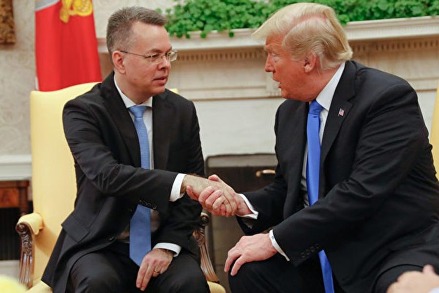 週六(10月13日)下午,特朗普總統與從土耳其獲釋的美國牧師布倫森(Andrew Brunson)在橢圓形辦公室會面。(ROBERTO SCHMIDT/AFP/Getty Images)
