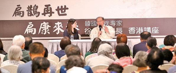 徐孝錫告訴出席講座市民,通過清肺,扁桃體健康後,人體自身免疫力增強,一些疑難病症都能得到治療。(余鋼/大紀元)