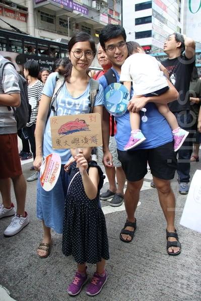 鄧先生帶同5歲及2歲女遊行,他批評林鄭月娥霸王硬上弓。(蔡雯文/大紀元)