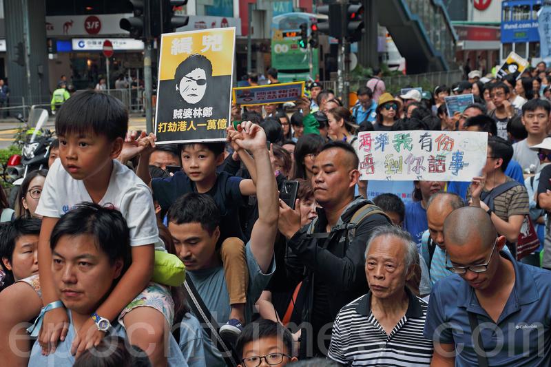 不少家長都表示,不滿「明日大嶼」計劃耗盡香港人過萬億的儲備,為了下一代的利益,帶同子女遊行。(李逸/大紀元)