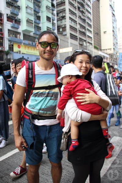 鍾女士帶者一歲女兒遊行,她指東大嶼計劃,不單影響現在的納稅人,還影響到將來下一代納稅人和香港的將來。(蔡雯文/大紀元)