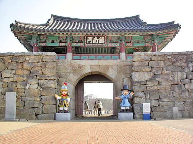 忠清南道瑞山市的海美邑城標誌鎮南門。(維基百科)