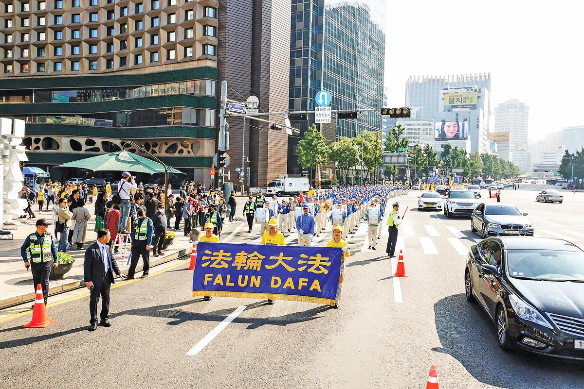 來自亞洲十多個國家的法輪功學員 10 月 13 日在首爾市中心舉行反迫害大遊行。(金國煥/大紀元)