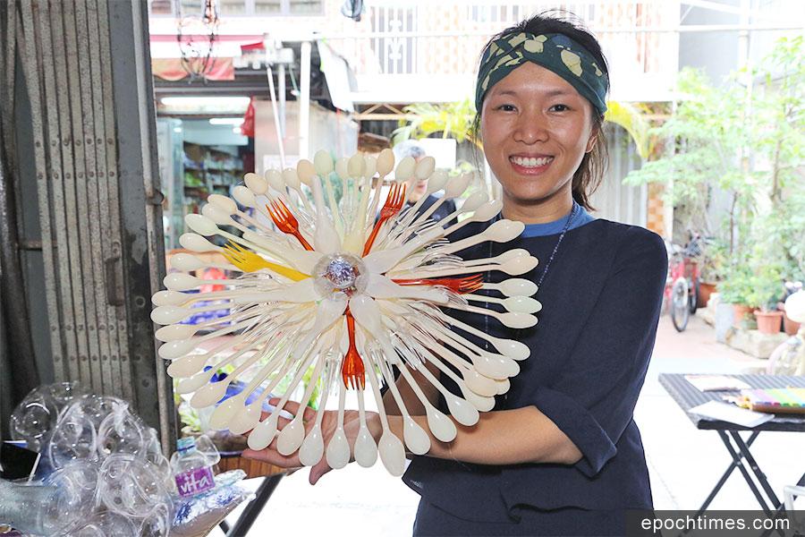 香港環保藝術家Iris與她設計的環保燈籠。(陳仲明/大紀元)