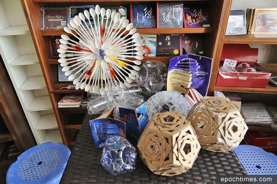 環保行動回收來的膠樽、一次性餐具等可以變成藝術品。(陳仲明/大紀元)