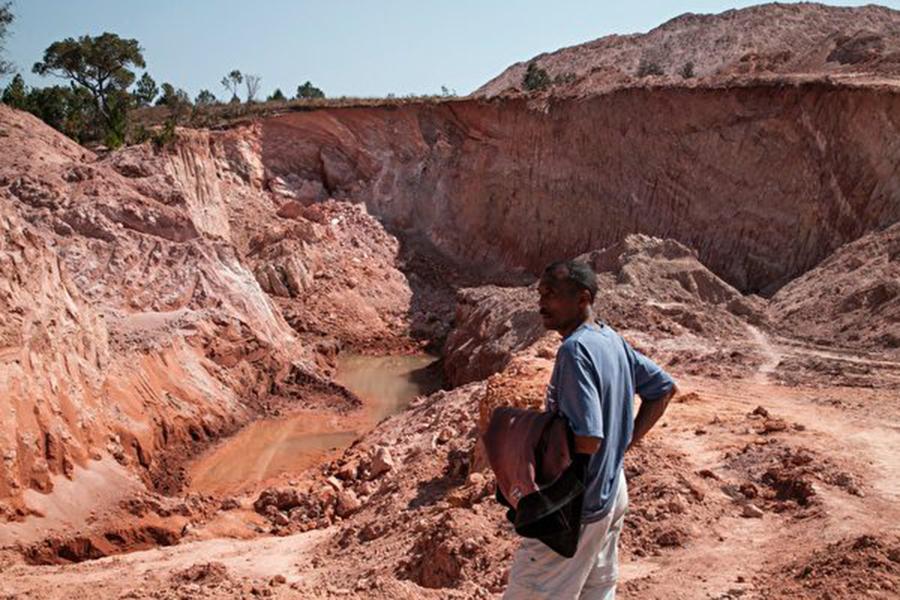 中共多年來在非洲展開金錢外交攻勢,今年九月宣布對非洲國家投入600億美元援助資金。然而據專家分析,中共在非洲國家越來越不受到歡迎,更多的非洲人民基於四個原因反對中共。(RIJASOLO/AFP/Getty Images)