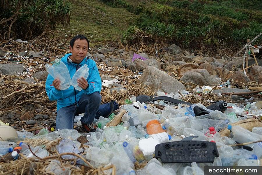 生態教育及資源中心高級保育主任陳錦偉先生分析指,在塔門弓背灣石灘出現的回收膠樽,相信已進入回收站進行處理,但不知何故沒有回收成功,丟入海中又被沖上岸。(曾蓮/大紀元)
