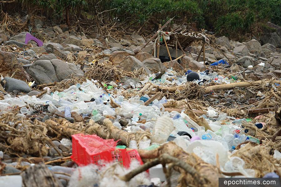 塔門弓背灣石灘現大量回收膠樽,分佈石灘長達百米。(曾蓮/大紀元)