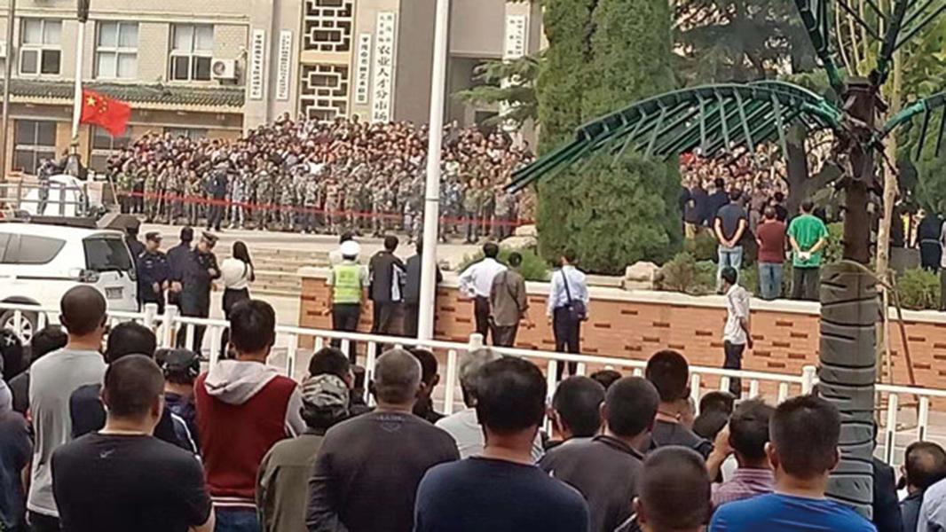 10月6日,上千老兵集結山東平度市維權,濰坊市調集20多輛車的警察增援鎮壓老兵。(老兵提供)