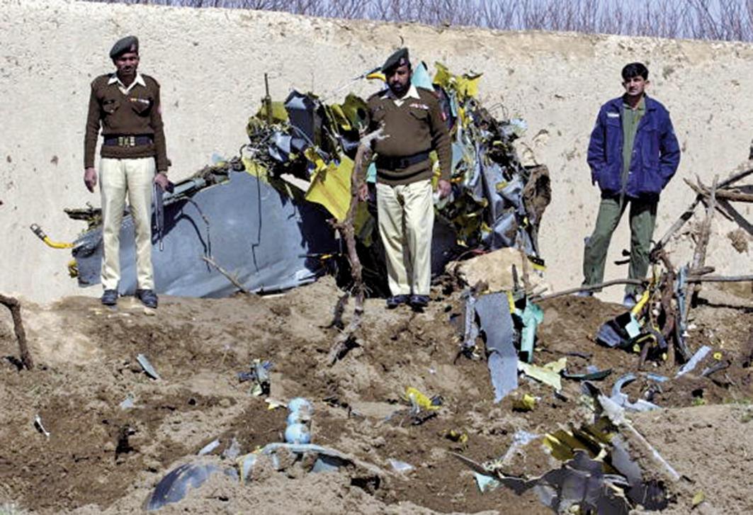 中國製飛機事故頻發,引發緬甸軍方對中國戰機的擔憂。圖為2007年3月13日,一架中國製造的F-7戰機在巴基斯坦奎達墜毀現場。(Getty Images)