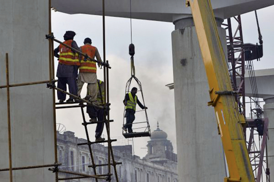 「一帶一路」在亞非和中東不斷碰壁,超過300億美元項目被廢棄,其它的貸款和投資項目也在被審查之中。圖為工人在斯里蘭卡可倫坡公路上施工。(Getty Images)