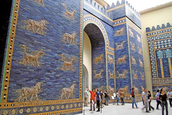 尼布甲尼撒二世所建的巴比倫城門,此為柏林帕加馬博物館的部分重建品。(Vissarion/Wikimedia Commons)