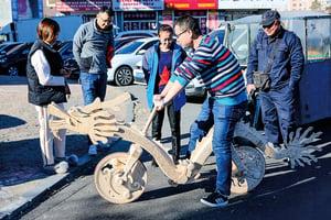 圖片新聞 遼寧小伙用雪糕棍做成單車