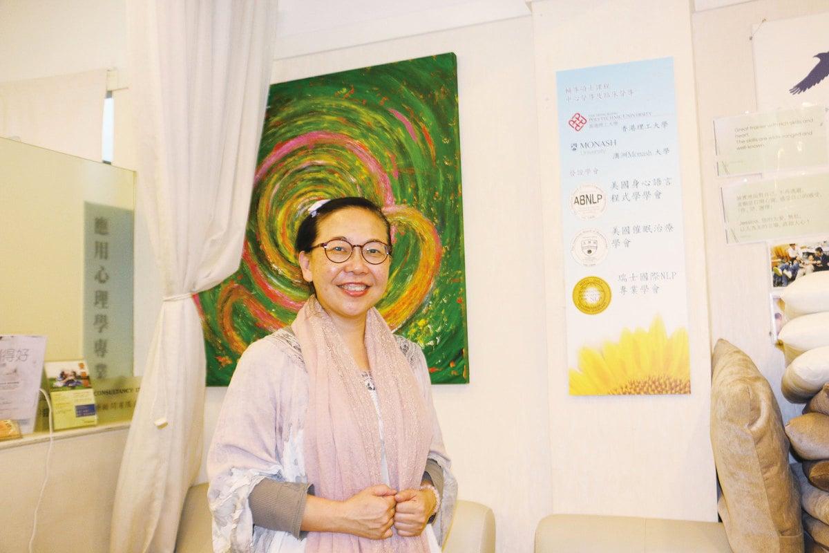 傲翔心靈治療中心的資深心理治療師蘇淑貞說,催眠是一個令人身心一致去做理想自己的轉化方式。(陳仲明/大紀元)
