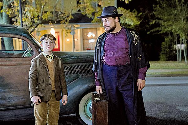 男主角路易(左)在父母不幸因車禍去世後,便搬去與叔叔祖尼芬(右)同住。