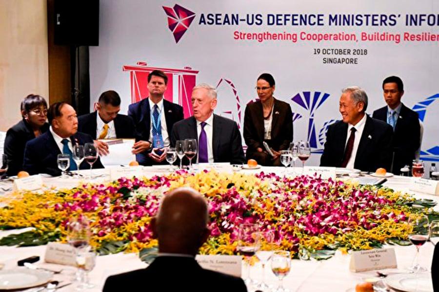 美國國防部長馬蒂斯10月19日在東盟防长擴大會議上講話。( ROSLAN RAHMAN/AFP/Getty Images)