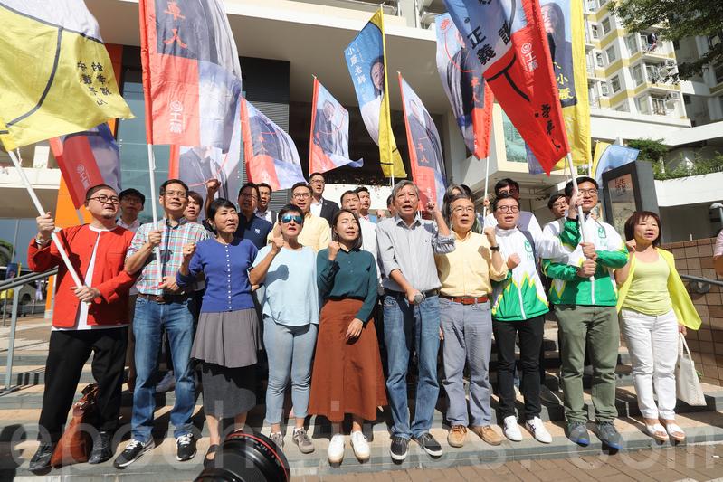 數十名民主派立法會議員及政黨要員,昨日在石硤尾街頭為李卓人參加立法會九龍西補選造勢。(李逸/大紀元)