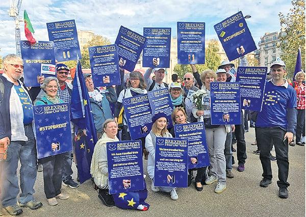 Brexpats Hear Our Voice是在歐盟維護英國人權益的組織。遊行當天,來自比利時、法國、德國、意大利、盧森堡、馬爾他、北愛爾蘭、葡萄牙、羅馬尼亞及西班牙等地民眾參加遊行。圖為他們在起點附近的海德公園內合影。(陸漫/大紀元)