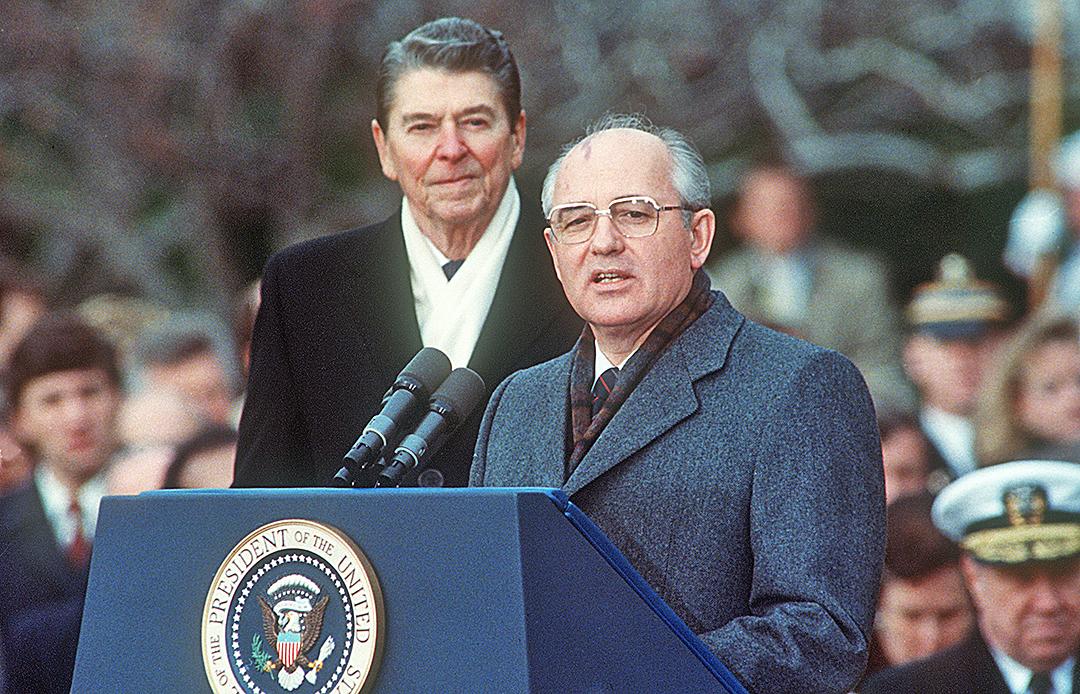 1987年12月8日,時任美國總統列根(左)與前蘇聯領導人戈巴卓夫(右),在華盛頓舉行了為期三天的峰會之後,首次試圖取消核軍備競賽,雙方簽署了「中程導彈條約」。(AFP)