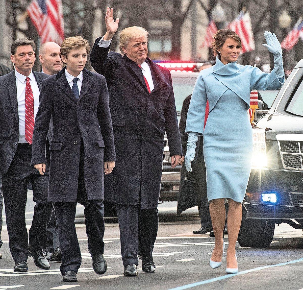 美國第一夫人梅拉尼婭(Melania Trump)在1999年接受美國廣播公司(ABC)的專訪時表示,她認為特朗普將來會競選總統,並成為一個偉大的領導人。圖為2017年1月20日,特朗普宣誓就任美國第45任總統之後,與梅拉尼婭和他們的小兒子巴倫(前排左)參加就職遊行。(Getty Images)