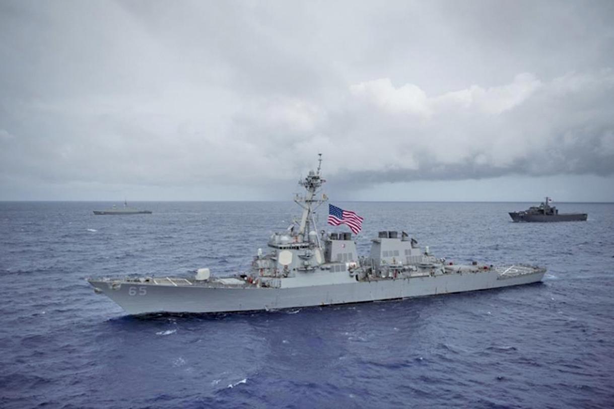 美國海軍艦艇今年7月由台灣南部海域航經台灣海峽。美國正考慮再次派作戰艦艇通過台海。圖為7月航經台海的軍艦DDG-65,資料照片。(美國軍艦DDG-65臉書facebook.com/ussbenfold)