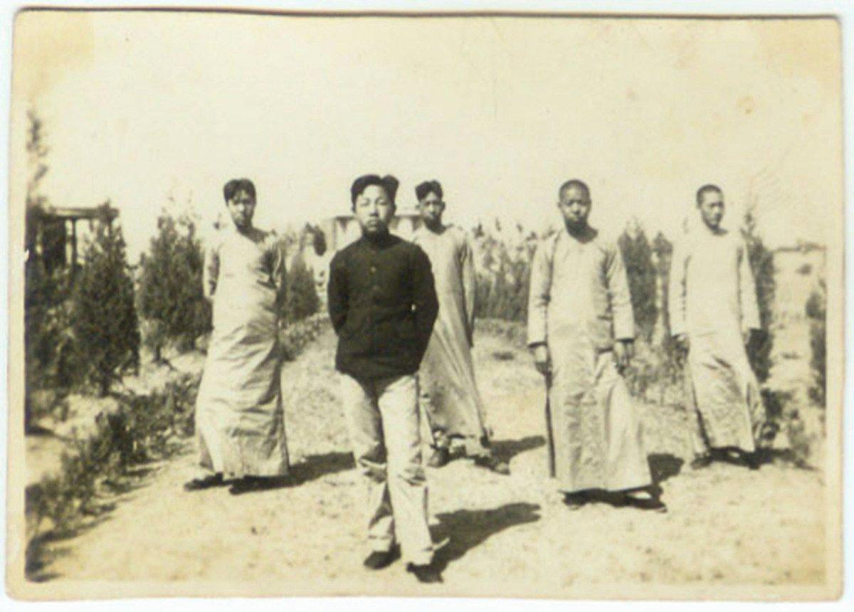 武百祥(前)年輕時的穿著就異於一般民眾,較現代化。(網絡圖片)