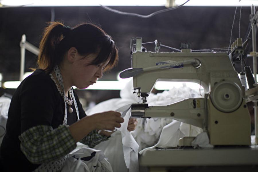 中國第三季度GDP增長創下近10年新低。圖為上海一家成衣廠。(大紀元資料室)