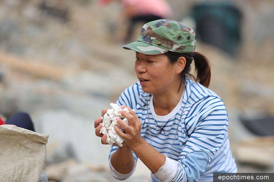 海洋拾荒者召集人Kitti表示雖然淨灘行動很辛苦,但感到很開心。(陳仲明/大紀元)