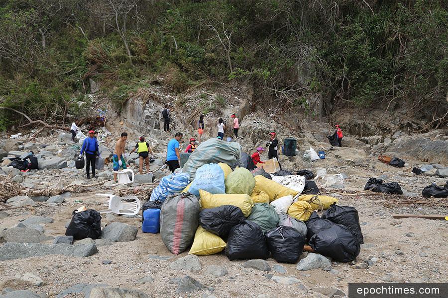 義工們在第六次淨灘行動中處理了逾百袋垃圾。(陳仲明/大紀元)