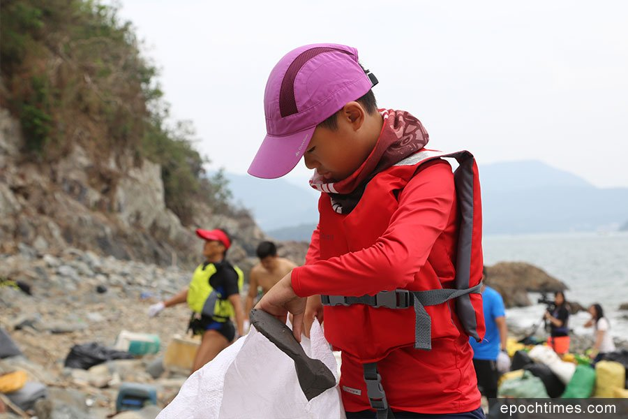 今年十歲的李子丞,與母親一起加入第六次淨灘行動。(陳仲明/大紀元)