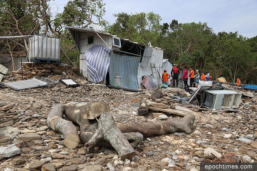 「青山友之行」一眾義工約三十人在上周日前往東平洲大塘村協助清理。(陳仲明/大紀元)