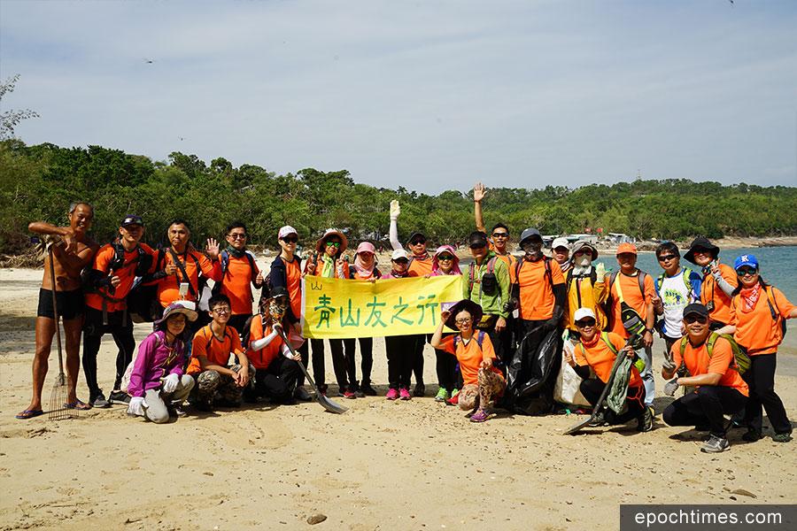 「青山友之行」一眾義工約三十人在上周日前往東平洲大塘村協助清理。(曾蓮/大紀元)