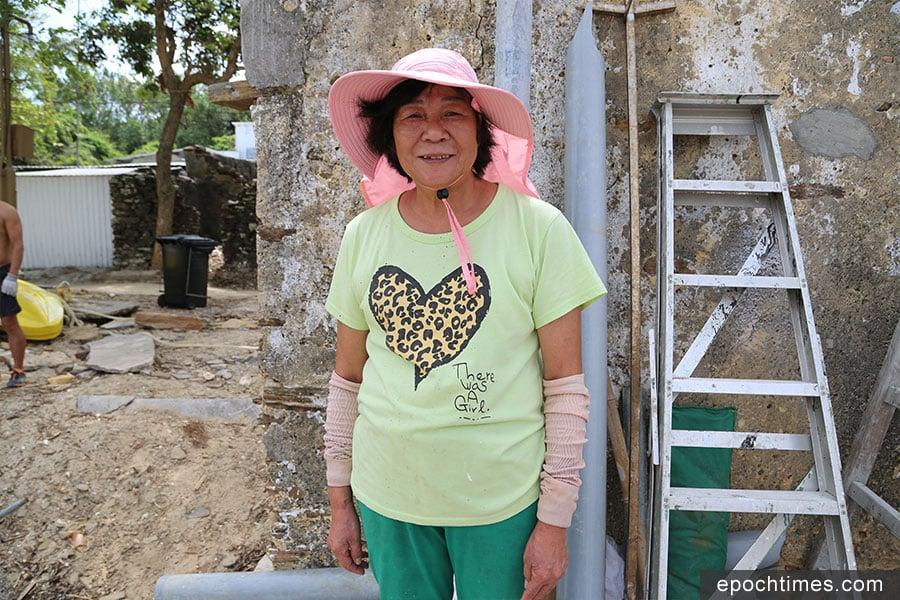 沙頭村村民錦姐描述,風災後回村的感覺就像海嘯過後的家園。(陳仲明/大紀元)