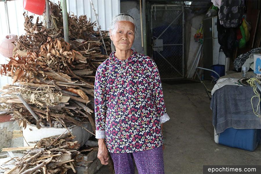 今年84歲高齡的謝媽,與兒子一起在颱風當日留守家園,她多次重複在她有生之年,從沒見過那麼嚴重的颱風。(陳仲明/大紀元)