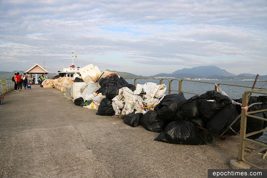 義工們把收集到的垃圾打包,並帶到碼頭,方便清潔人員處理。(陳仲明/大紀元)