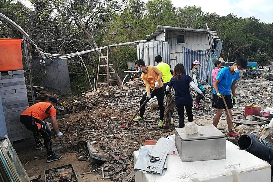 「青山友之行」一眾義工約三十人在上周日前往東平洲大塘村協助清理。(青山友之行提供)