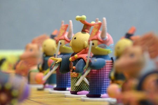位於台灣高雄駁二特區的解密科技寶藏展,展廳中陳列的彩色象棋公仔,是由印研中心以粉末式3D列印技術印製而成,色彩多元。(圖為食印研中心提供)