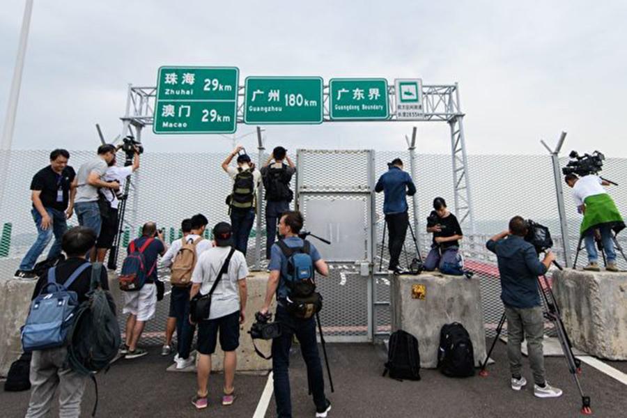 「港珠澳大橋」23日將舉行開通儀式,外界預料習近平將主持開通儀式。圖為媒體記者拍攝大橋。(ANTHONY WALLACE/AFP/Getty Images)