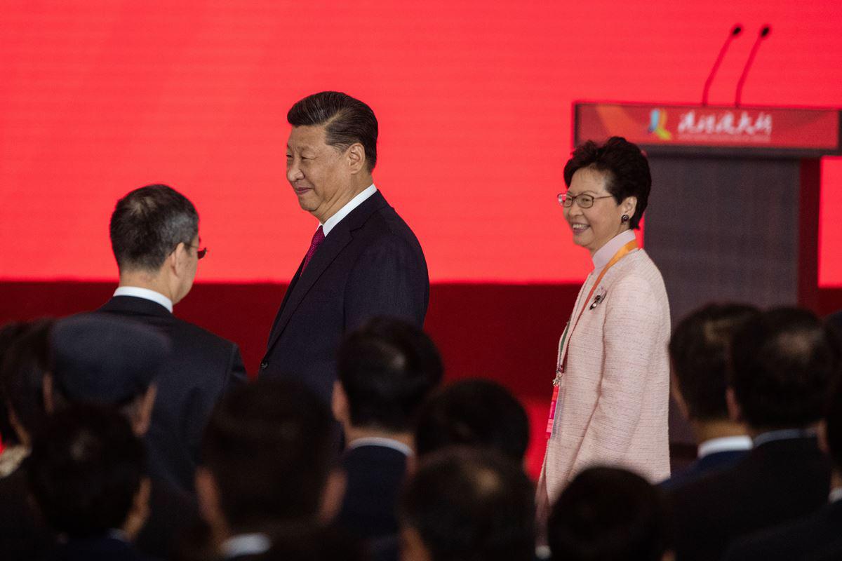 中共國家主席習近平昨日出席港珠澳大橋開通儀式,與香港特首林鄭月娥一同步入會場,但儀式上習只說了一句話。(FRED DUFOUR/AFP/Getty Images)