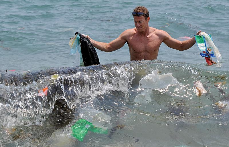 聯合國近日發佈報告稱,各類塑料污染滯留在海裏,不僅嚴重威脅人類健康,還會殃及海洋的生態環境。(AFP)