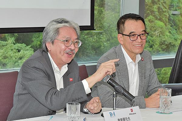 前財政司司長曾俊華( 左),目前已入股科技初創BVL,成為主要股東,並出任該公司主席。( 郭威利/大紀元)