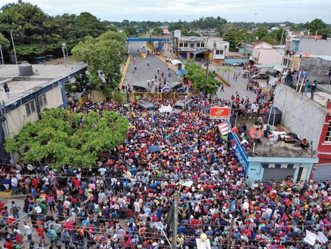 10月19日,大量洪都拉斯移民滯留墨西哥南部邊境。(AFP)