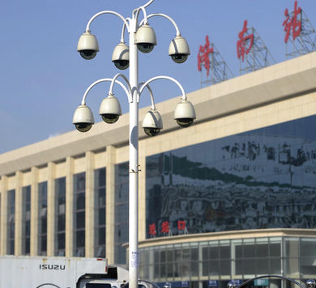 為山東省濟南市火車站廣場入口處,一根桿子上安裝了9個錄像頭,形如「葡萄串」。 (大紀元資料室)