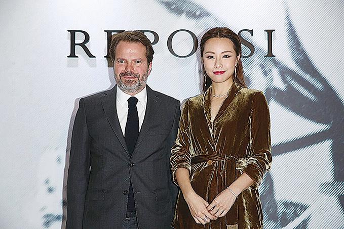 鄧麗欣(右)日前出席高級珠寶品牌活動與Repossi行政總裁Benjamin Comar 合影。(Buzz公司提供圖片)